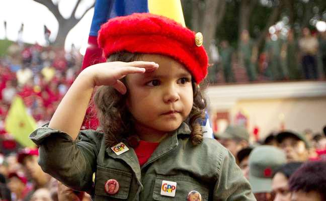 احترام نظامی هوادار خردسال چاوز به وی