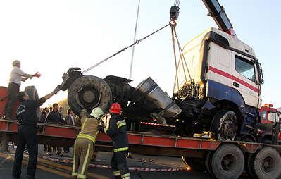 کرمانشاه؛ ۲۳ زخمی در حادثه تصادف تریلی با اتوبوس