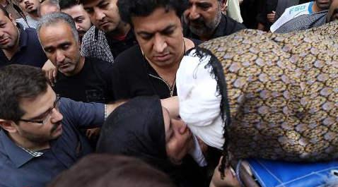 عکس مادر علی طباطبایی (بازیگر) / بوسه مادر بر کفن