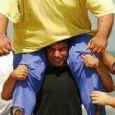 """عکس حسین رضا زاده بر دوش مرحوم """"بیت الله عباسپور"""""""