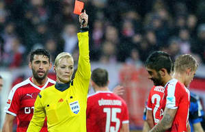 توهین در بوندس لیگا به داور زن / جای زنان در فوتبال نیست!
