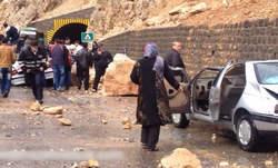 جاده هراز حادثه آفرید / ریزش سنگ و آسیب 5 نفر